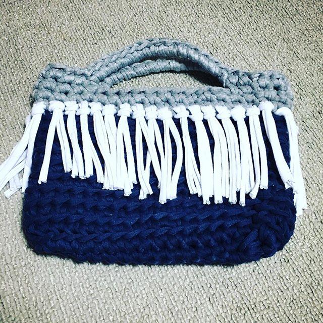 帰ってきてから、勢いで編んでたら2時間で完成。太い糸は、ザクザク編めるから好き(・∀・)#tシャツヤーン #バッグ